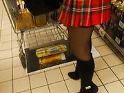 Femme sans sous-vêtements dans une boutique publique