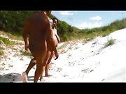 Un couple noir fait du sexe à la plage