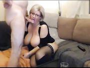 Enfoncer à la maison avec une mère en chaleur avec de gros seins