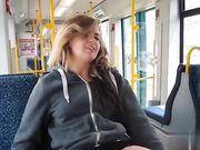 Jeune fille montre sa chatte dans un bus public et elle se masturbe