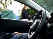 Une blond est filmée pendant qu'elle se frotte la bite sur une caméra cachée dans une voiture