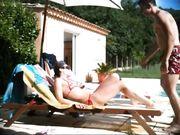 Un couple mature fait du sexe en plein air près de la piscine